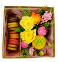 Букет Солнечные макаруны из разноцветных роз с печеньем в квадратной коробке