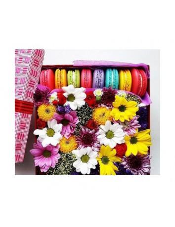 Букет Яркие вкусняшки из роз с печеньем в красивой коробке