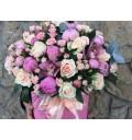 Букет Шедевр нежности из роз, пионов и орхидей в шляпной коробке