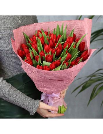 Букет из 51 красного тюльпана в стильном оформлении