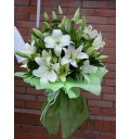 Букет Королева из белых лилий с зеленью