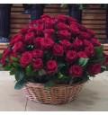 Букет Самой любимой из 101 красной розы с рускусом в корзине