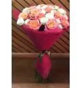 Букет Цветочное попурри из роз сорта Мисс Пигги и кустовых роз