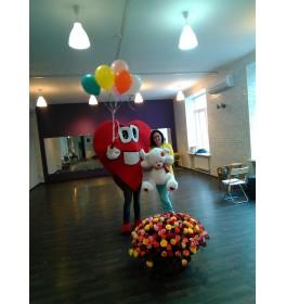 Курьер  в костюме, корзина 201 роза, шары и мишка