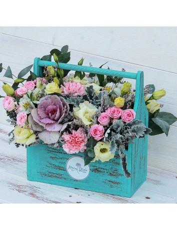 Букет Зеленый шум из брасики, гводик, кустовых роз, альстромерий, эустом, цинерарий, лимониума в деревянном ящичке
