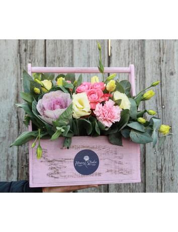 Букет Гармоничный аккорд из гвоздик, эустом и роз в деревянном ящике