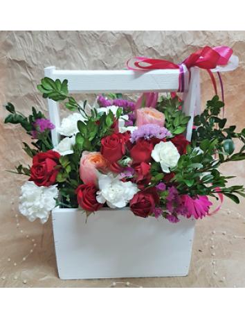 Букет Восточный шарм из роз гербер, гвоздик в деревянном ящичке