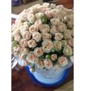 Букет Грация из кремовых кустовых роз в шляпной коробке