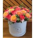 Букет Сад из роз из розовой розы и мисс пигги в шляпной коробке