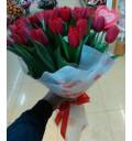 Букет Подарок романтика из 25 красных тюльпанов с декором