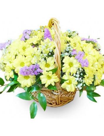 Корзина С добрым утром из хризантем и гипсофилы