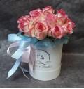 Букет Королева Марго из белых роз с каймой в шляпной коробке
