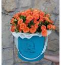 Букет Радость вкуса из оранжевых кустовых роз в шляпной коробке