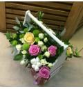 Букет Милая Леди из кремовых, розовых и сорта кустовых роз в деревянном ящичке