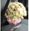 Букет Поцелуи из кустовых роз в шляпной коробке