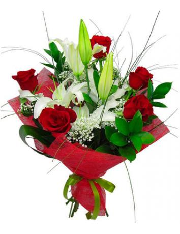 Букет Стильная штучка из белой лилии и красных роз с зеленью