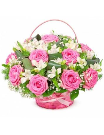 Букет Молодость из роз и альстромерий с зеленью в корзине