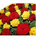 Букет Стильная из 101 красно-желтой розы с зеленью в корзине