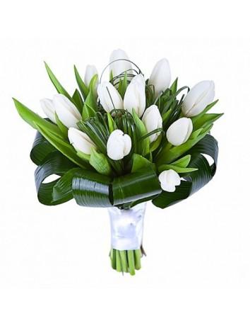 Букет Нежность из белых тюльпанов и листьев аспидистры