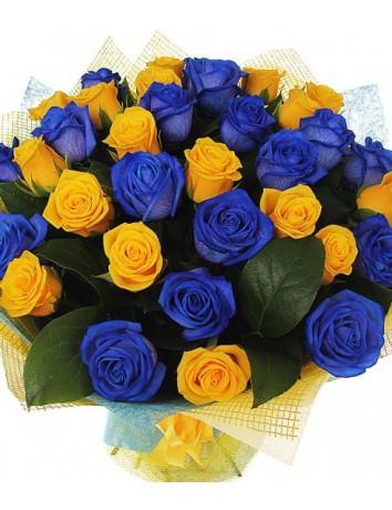 Букет Загадка из 29 синих и желтых роз с зеленью