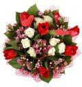 Букет Скажи Люблю из тюльпанов и белых кустовых роз с декором