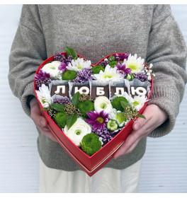 Коробочка с цветами микс и буквами Люблю
