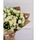 Букет Чудесная страна из 51 белой кустовой розы