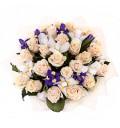 Букет Облака из кремовой розы и ирисов в укаповке
