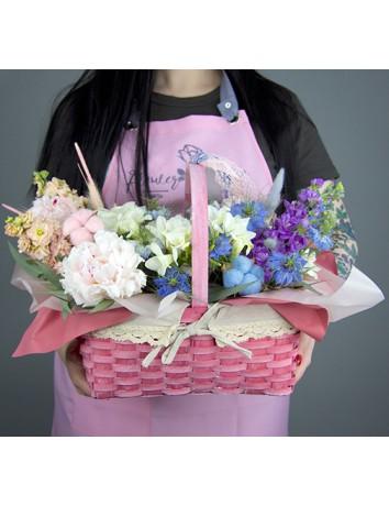 Корзина цветов Летняя мечта из пионов, васильков, эвкалипт, фрезии, хлопка, маттиолы