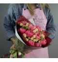 Букет Романс из кремовых кустовых роз и розовых пионов