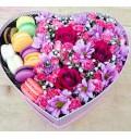Букет Сюрприз с макарунами из разных цветов с печеньем в коробочке в форме сердца