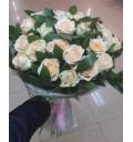 Букет Облачко из 25 кремовых роз с руксусом