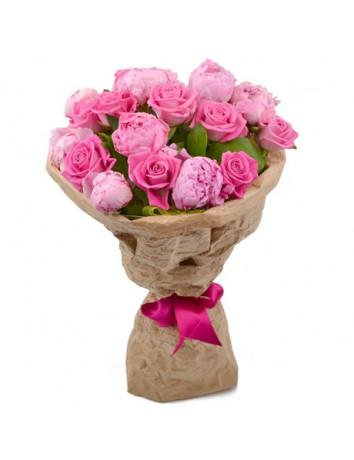 Букет Нежные мечты из розовых роз и пионов с зеленью