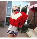Букет Признание из 151 белой и красной розы в форме сердца